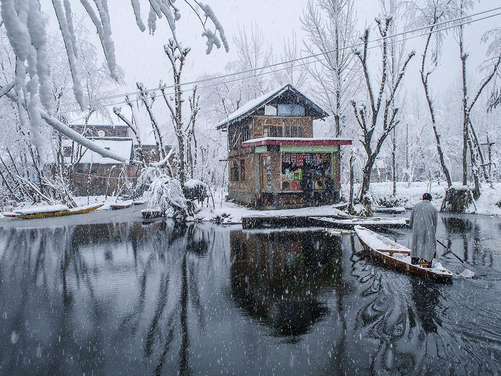 boat-dal-lake-snow_77418_990x742